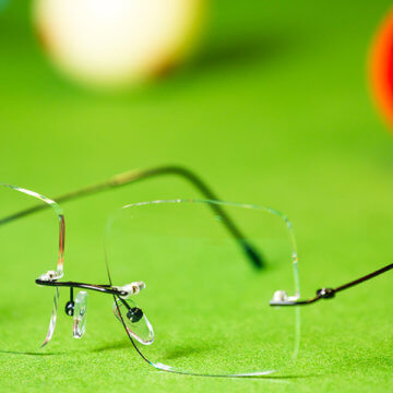 Snookerbrillen.de – Modell Black-Spot auf dem Tisch