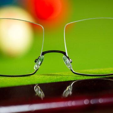 Snookerbrillen.de – Brille Modell Online am Tischrand – Header Brillenwerte