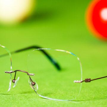 Snookerbrillen.de – Modell Center-Spot auf dem Tisch